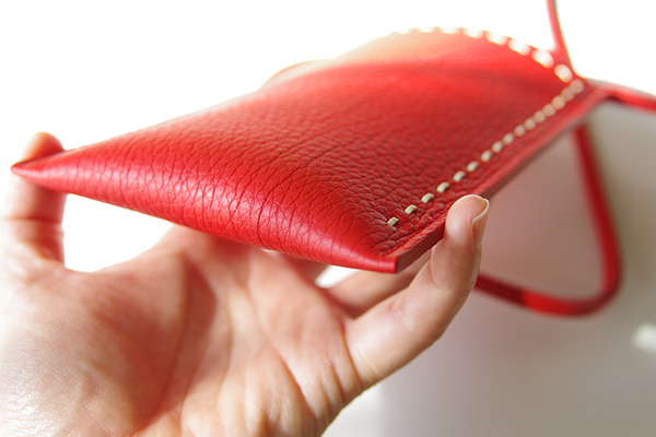 1枚革で作られているNAGATANI(ナガタニ)のスマホポーチSPUR(シュプール)