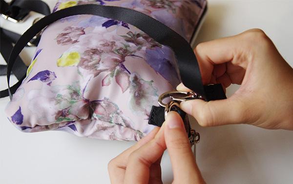 フェリシモリブインコンフォートもしもに備えるデイリー花柄リュック内蔵のサコッシュにショルダーを付けているところ。