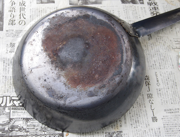ブレイカーエックスを使ってコゲを落とした鉄製フライパン