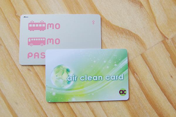 マイナスイオンを発生させる除菌カードエアークリーンカードと交通系ICカードの大きさ比較