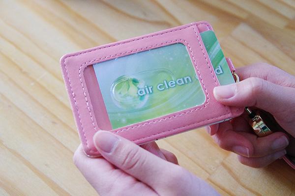 マイナスイオンを発生させる除菌カードエアークリーンカードの使い方