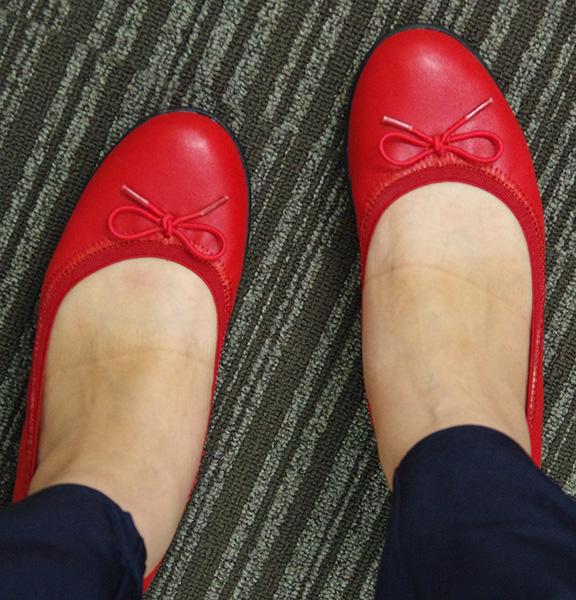 フェリシモくにゃっプス赤色を実際に履いているところ