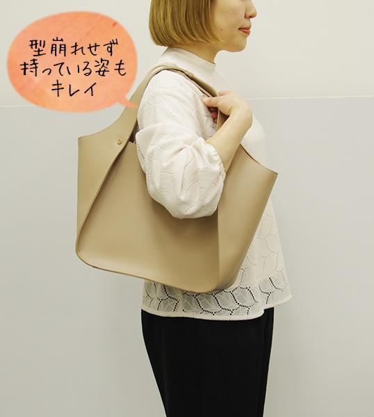 フェリシモIEDIT[イディット] 上品モードな美人トートバッグを持っているところ