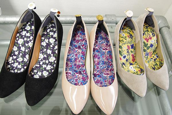 フェリシモどんどん歩けちゃう花柄消臭インソールの会を靴に入れてみた