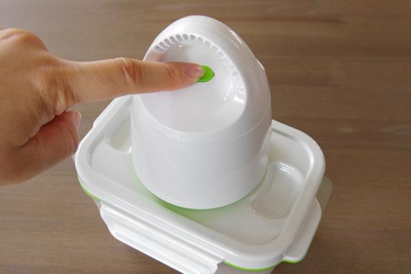真空保存容器フォーサの本体電源ボタンを押す