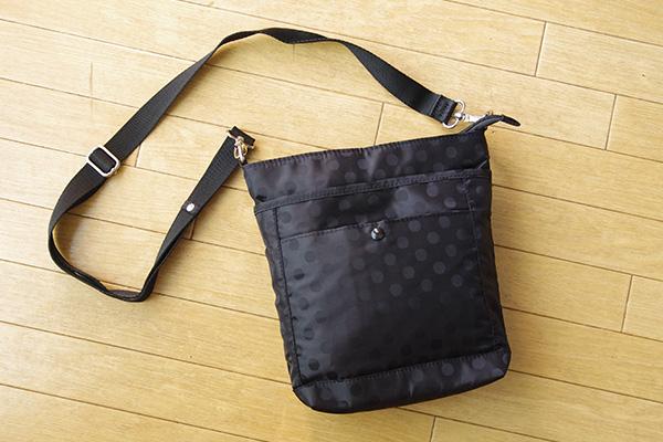 フェリシモリブ イン コンフォート はまじとコラボ ポケットいっぱい 毎日の相棒 ショルダーバッグは、撥水加工ナイロン生地でできていてとっても軽いです。