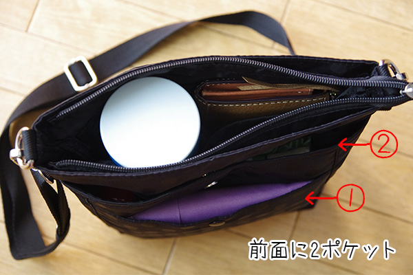 フェリシモリブ イン コンフォート はまじとコラボ ポケットいっぱい 毎日の相棒 ショルダーバッグの前面ポケットに実際のものを入れてみた様子。