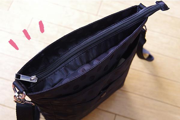 フェリシモリブ イン コンフォート はまじとコラボ ポケットいっぱい 毎日の相棒 ショルダーバッグの中央ポケットにはファスナーが付いています。