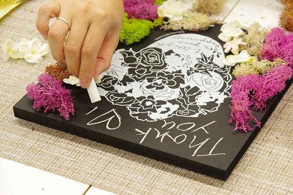 日比谷花壇×アーバングリーンメイカーズコラボフラワーボードチョークで書いているところ