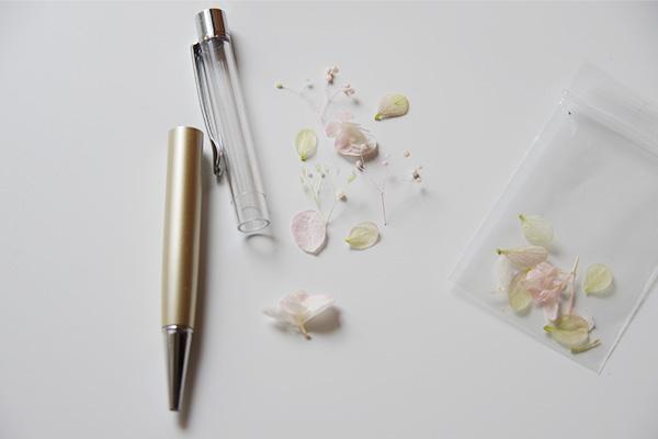 フェリシモ猫部のハーバリウムペンキットに入れる花材の配置決め。