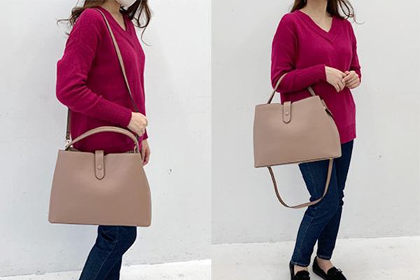 フェリシモいっしょ買いバッグIEDIT イディット 香村薫さんとコラボ A4サイズが入って中身がきちんと整理できる ワンショルダー2-WAYバッグを肩掛け、肘にかけて持っている女性。