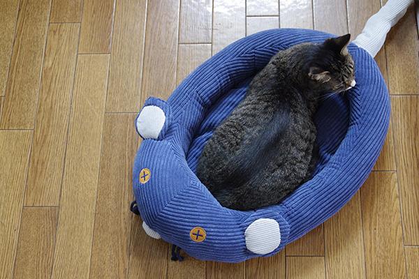 フェリシモ猫部のネズミさんベッドは、しっぽがまっすぐです。