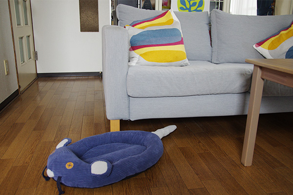 フェリシモ猫部のネズミさんベッドを置いてみた部屋の様子。