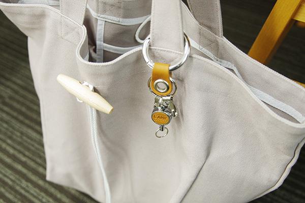 伸ばして便利 本革仕様のリール付きカラビナリングの会をトートバッグに付けた