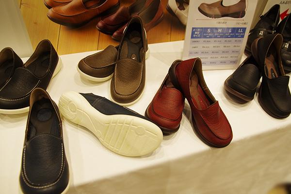 靴底が白いリゲッタドライビングローファーと黒いバージョンの比較