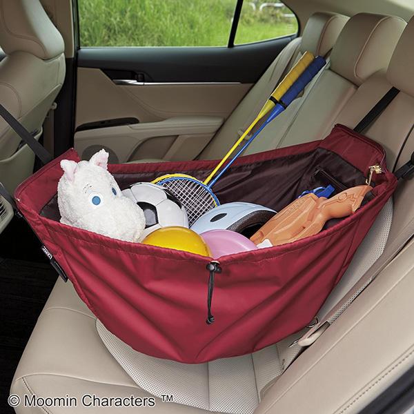 フェリシモレジカゴリュックリトルミイの車内での使い方。前方のヘッドレストと後方のヘッドレストに持ち手をひっかけることができます。