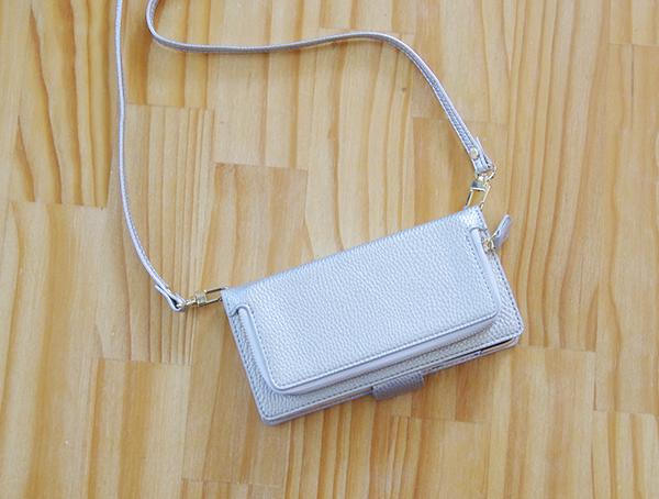 スマホカバー館.comのコインケース付きsimpleポケットにロングショルダーを付けました。カラーはシルバーで、革見えしつつ軽量です。