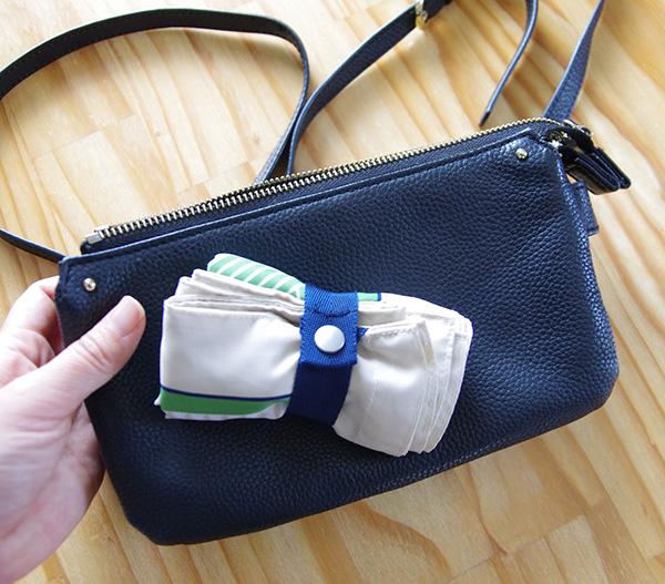 小さくたたんだフェリシモのスカーフエコバッグとお財布ポシェットの大きさ比較。