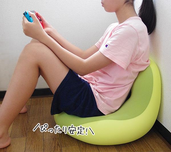 モグクッションシットジョイの壁にもたれかけて座椅子のようにして使う座り方。