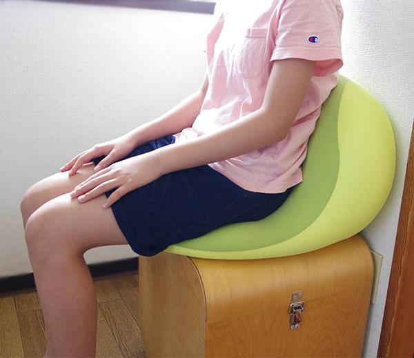 モグクッションシットジョイを座椅子として使う時とは上下を逆にして椅子の背もたれとして使う座り方。
