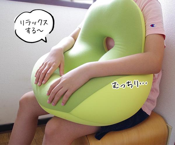 モグクッションシットジョイの抱き枕のようにして使う使い方。